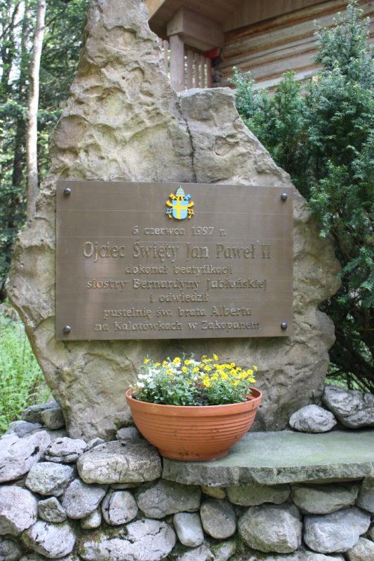 Tablica_pamiątka beatyfikacji s. Bernardyny i wizyty Jana Pawła II w Pustelni